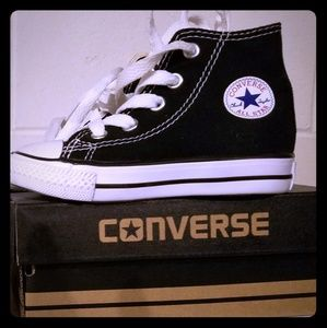 Toddlers size 6 converse hightops.